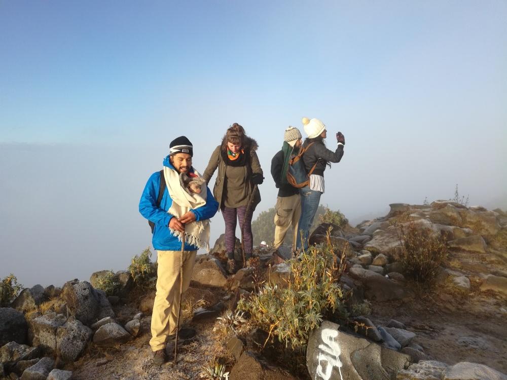 Après des heures de montée dans la brume et le froid, le soleil nous accueille près du sommet (Photo FC)