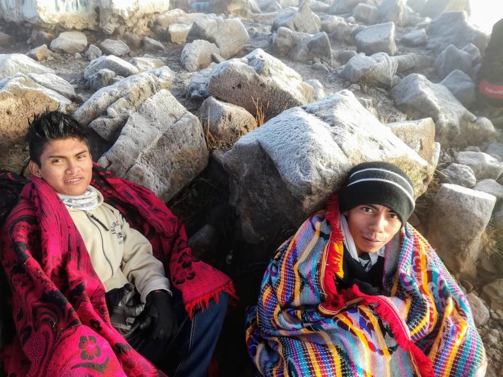 Ces deux jeunes guatémaltèques sont les premiers à arriver en haut tu Tacana après 100 km et 48 heures de marche (Photo FC)