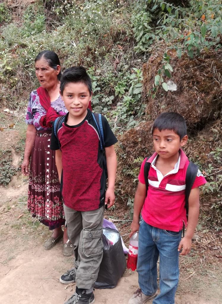 C'est en famille qu'on monte les provisions jusqu'au village guatémaltèque de Tonina (Photo FC)
