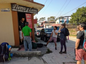 Notre guide, Romeo père que l'on voit de dos en polo vert à Union Juarez (Photo FC)