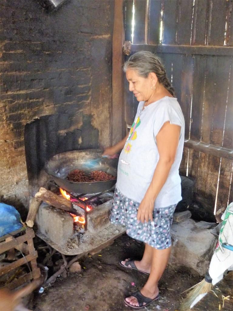 Chez les planteurs du Soconusco (ici dans un foyer de la Communauté Francisco Sarabia) ont fait griller des fèves de cacao pour la consommation familiale. Une bonne poignée vous a permis de tenir la journée sans manger (Photo FC)