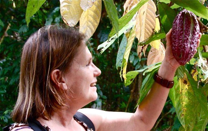Valentine Tibère, chocolatologue au centre agronomique d'Izapa (Soconusco). Elle tient une cabosse alligator.
