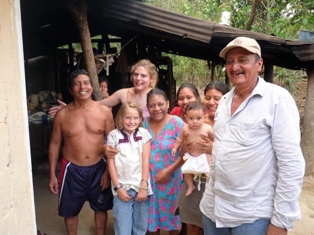 Une famille de planteur qui nous accueille près de Villa Comaltitlan. Au premier plan, notre guide, Don Rubiel (Photo FC)