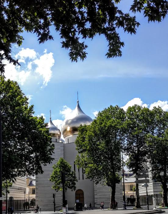Ces cinq bulbes de la cathédrale de la Saint-Trinité (dont le plus grand mesure 17 m de circonférence et pèse 8 tonnes) sont recouverts de 90 000 feuilles d'or. Ils symbolisent le Christ et les quatre Évangélistes : Jean, Luc, Marc et Matthieu (Photo FC)