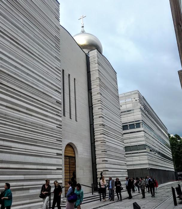 A l'intérieur du Centre Spirituel et culturel orthodoxe russe. Jean-Michel Wilmotte pour harmoniser le style russe avec son environnement parisien a utilisé cette pierre de Bourgogne mais en strates, comme un mille-feuille (Photo FC)
