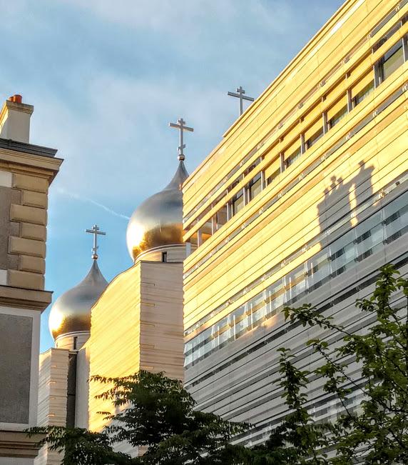 En voyant miroiter selon l'humeur du soleil, ces 5 bulbes d'or (mat) dans le ciel parisien, on réalise combien cette cathédrale orthodoxe russe de la Sainte-Trinité a maintenant sa place parmi les plus beaux édifice de Paris (Photo FC)