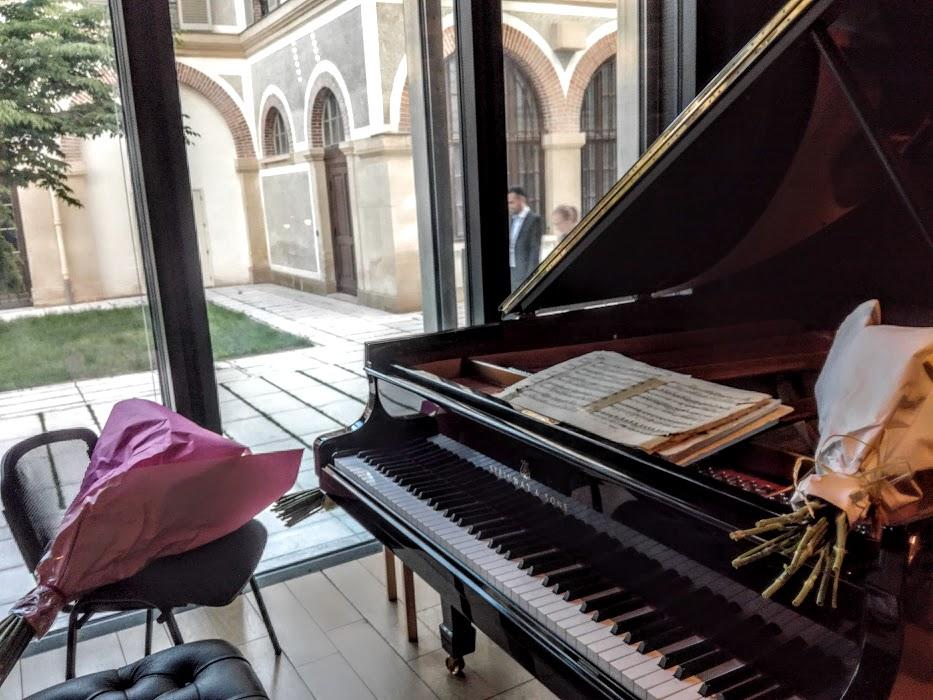 Scène du grand auditorium en amphithéâtre du Centre spirituel et culturel orthodoxe russe. Ici, en juin 2018, après le concert donné par le grand pianiste russe, Yakov  Ayvaz qui interpréta des pièces de Rachmaninov, Ravel, Ayvaz et Prokofief (Photo FC)
