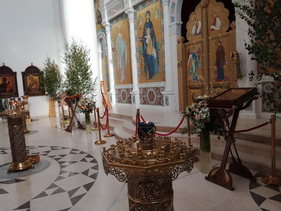 A l'intérieur de la cathédrale de la Sainte-Trinité, l'iconostase (la cloison recouverte d'icônes qui sépare le chœur de l'assemblée) Photo FC