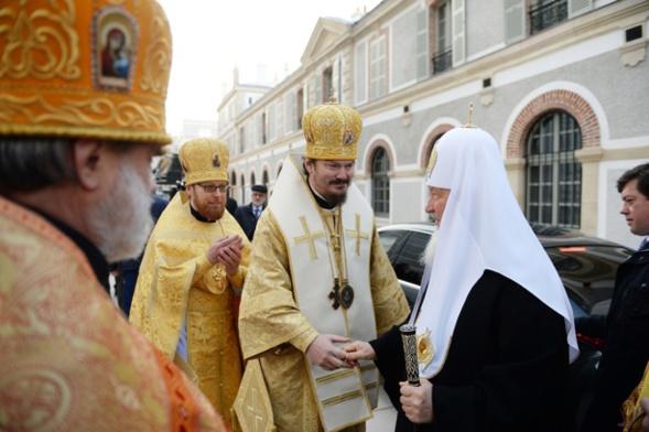 Face à l'évêque Nestor de Chersonèse, le 4 décembre 2016, fête de l'Entrée de la Mère de Dieu au temple, Sa Sainteté le Patriarche Cyrille (Kirill) de Moscou et de toute la Russie consacrait la cathédrale de la Sainte-Trinité.