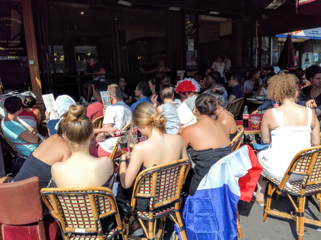 Five girls seating in a café, boulevard du Montparnasse just after the the kick-off at 5 PM, on 15th of july (Photo FC)