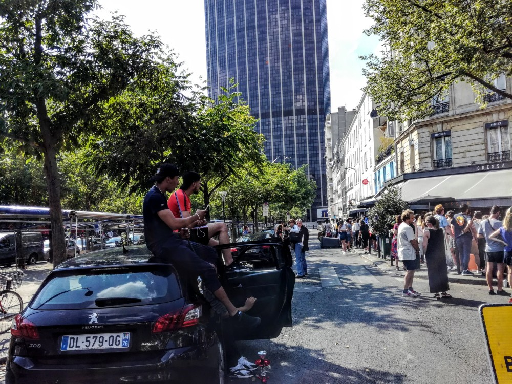 Easy going ! What best to smoke chicha on a roof of a car in front of a screen at the first half of the game. Paris, boulevard Edgar Quinet in the 14th arrondissement (Photo FC)