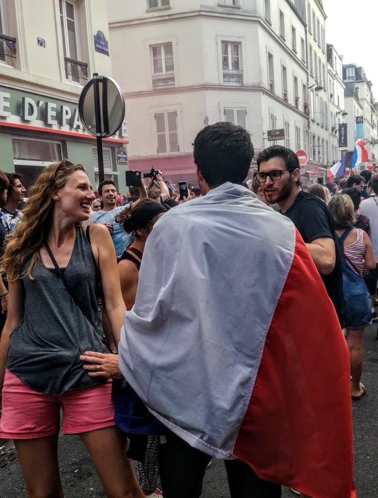 La jeune femme et l'homme en tricolore, joie de la victoire ! (Photo FC)
