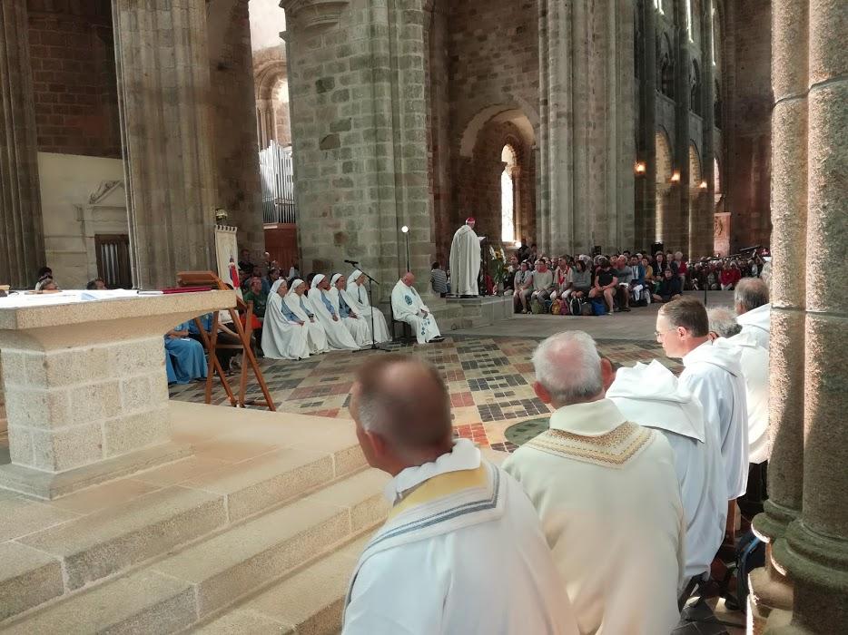 La messe du pèlerinage dans l'abbatiale (ici, choeur gothique du XVe et XVIe siècle). En face, les soeurs de la communauté des Fraternités Monastiques de Jérusalem installée sur le Mont depuis 2001 (Photo FC)
