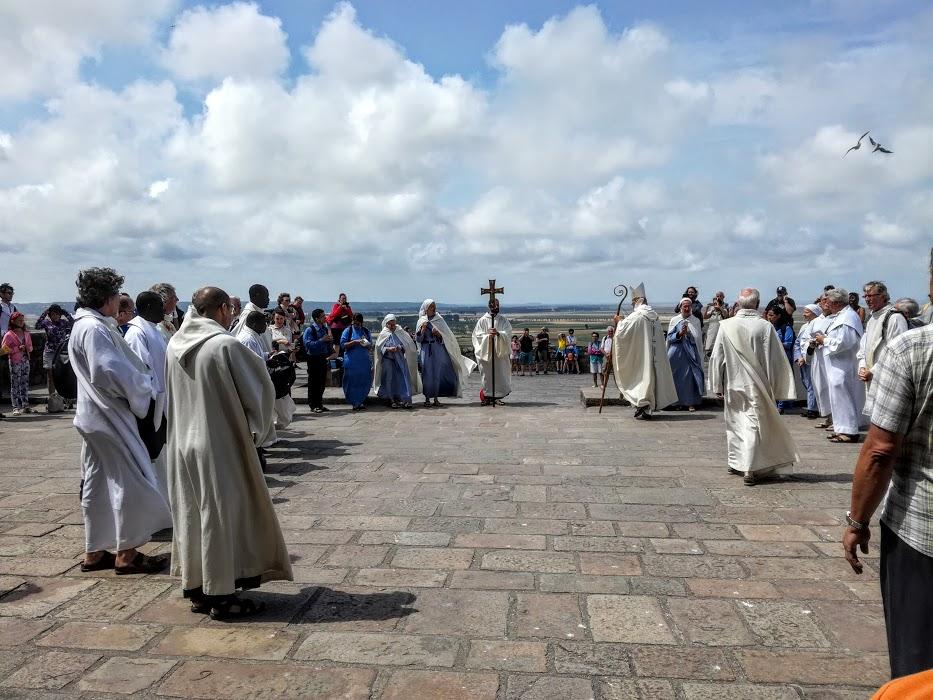 Mont-Saint-Michel, sur la grande terrasse de l'Ouest, face à la façade de l'abbatiale, Mgr Laurent Le Boulch'h, évêque de Coutances et Avranches, bénit les pèlerins (Photo FC)