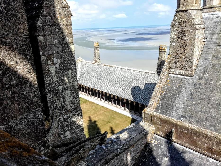 Mont-Saint-Michel. Le cloître du XIIIe siècle construit au troisième niveau de la Merveille est suspendu entre ciel et mer (Photo FC)