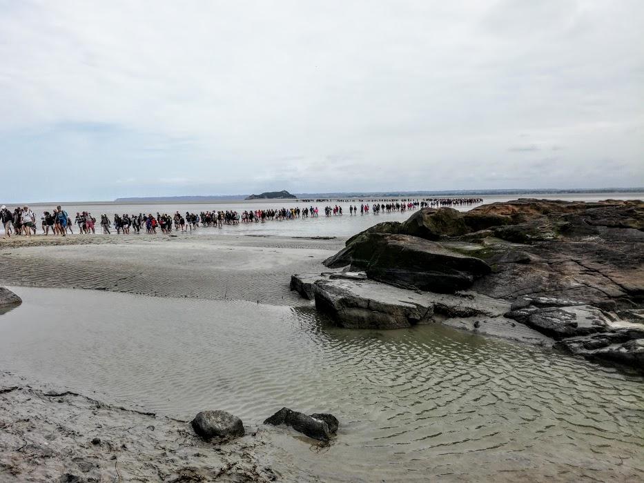 Mont-Saint-Michel. L'immense foule des hommes cheminant pieds nus vers ce haut lieu de la spiritualité occidentale (Photo FC)