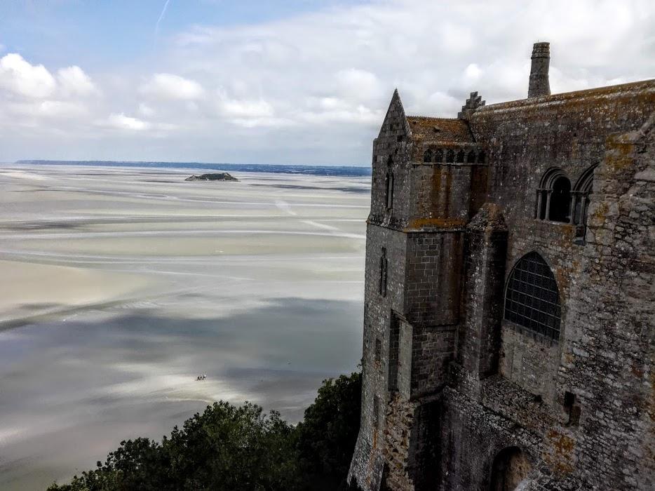 Mont-Saint-Michel, face à l'immensité de cette baie, la plus belle du monde depuis la terrasse de l'Ouest donnant sur la façade de l'abbatiale (Photo FC)