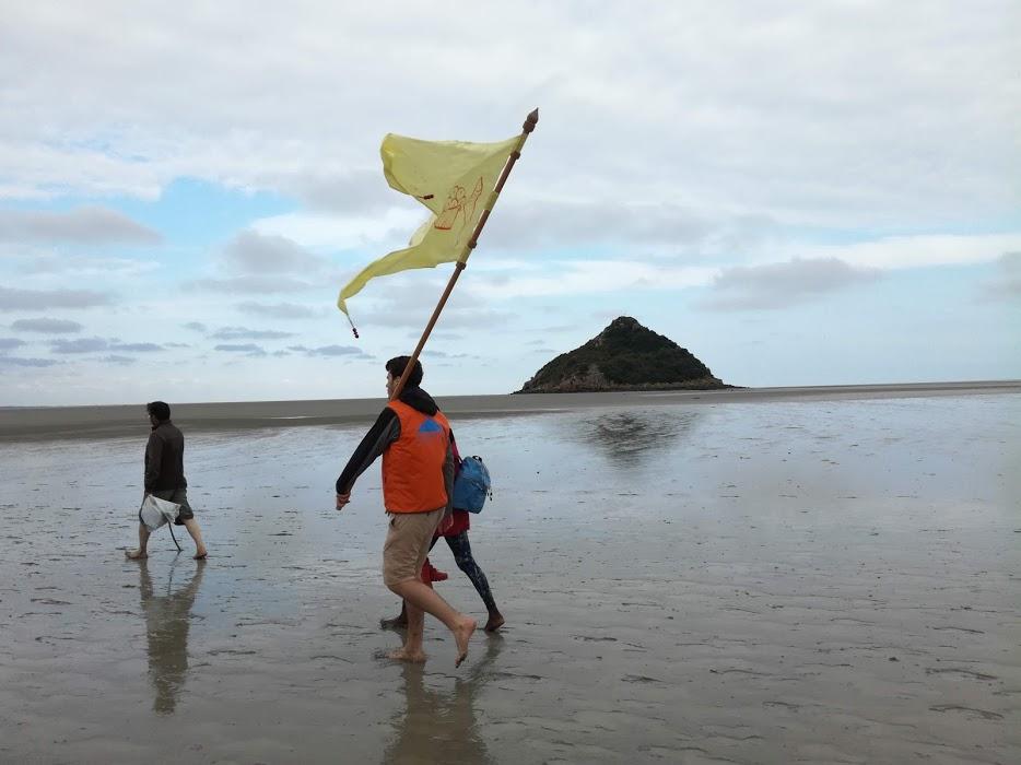 L'îlot de Tombelaine, ce bout de terre tel un vaisseau rasé avec son drapeau semble à portée de main (il n'est qu'à environ 3 km du Mont-Saint-Michel). De son passé de forteresse, il ne reste que des tronçons de tours en ruines (Photo FC)