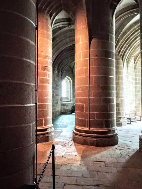 Abbatiale du Mont-Saint-Michel. La crypte des Gros Piliers, la plus impressionnante des 3 cryptes, sert de soutènement au choeur avec ses huit piliers de presque 6 m de circonférence (Photo FC)