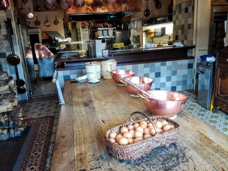L'auberge de la Mère Poulard est au Mont-Saint-Michel est une véritable institution connue dans le monde entier pour son omelette. On y casse environ 300 000 œufs par an, ce sont des œufs de plein air qui proviennent de la ferme Delaunay, fournisseur depuis 1888. ici les cuisines de l'auberge(Photo FC)