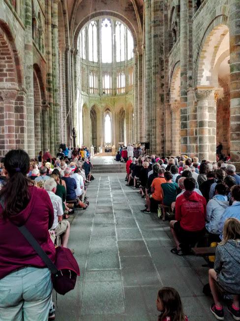 Abbatiale du Mont-Saint-Michel, de la nef : les deux bras du transept sont bien du XIe siècle ainsi que les 4 travées de la nef sur les 7 (les trois premières ayant été abattues à la suite de l'incendie) tous, de pur style roman (Photo FC)