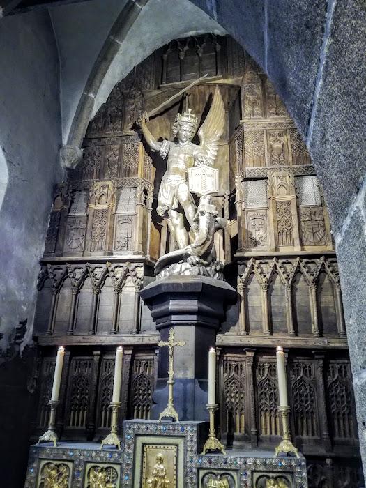 L'église Saint-Pierre est aussi l'église du Sanctuaire de l'Archange saint Michel depuis dix siècles dont la statue trône dans la chapelle latérale. Elle est aussi le siège officiel du centre de pèlerinage (Photo FC)