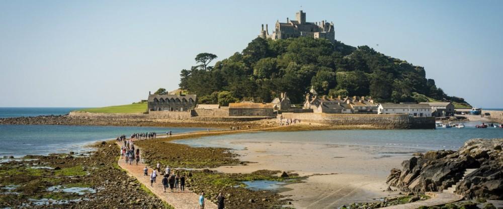 Saint Michael's Mount, presque aussi haut mais en 7 fois plus petit et entouré d'eau à chaque marée haute est une réplique du Mont-Saint-Michel. Il est situé en face de l'extrême pointe des Cornouailles britanniques. (Photo DR)