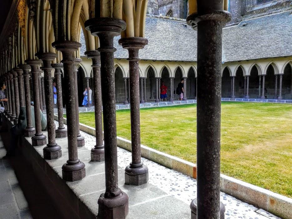 Abbaye du Mont-Saint-Michel : le cloître a été achevé en 1228 et édifié en pierre de Caen. Il dégage une impression de légèreté extraordinaire due sans doute aux quelques 227 colonnes disposées en quinconce. Le jardin après des travaux importants sera réaménagé (Photo FC)