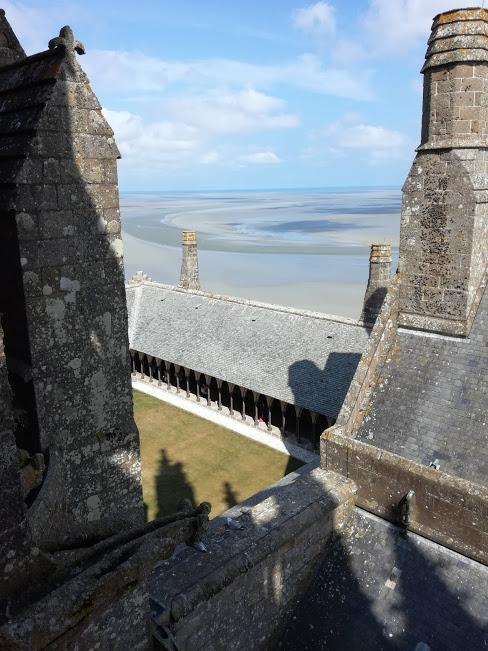 Pas de doute ! L'image est exacte, le cloître du Mont-Saint-Michel est bien suspendu entre ciel et mer (vue des toits de l'abbatiale) Photo FC
