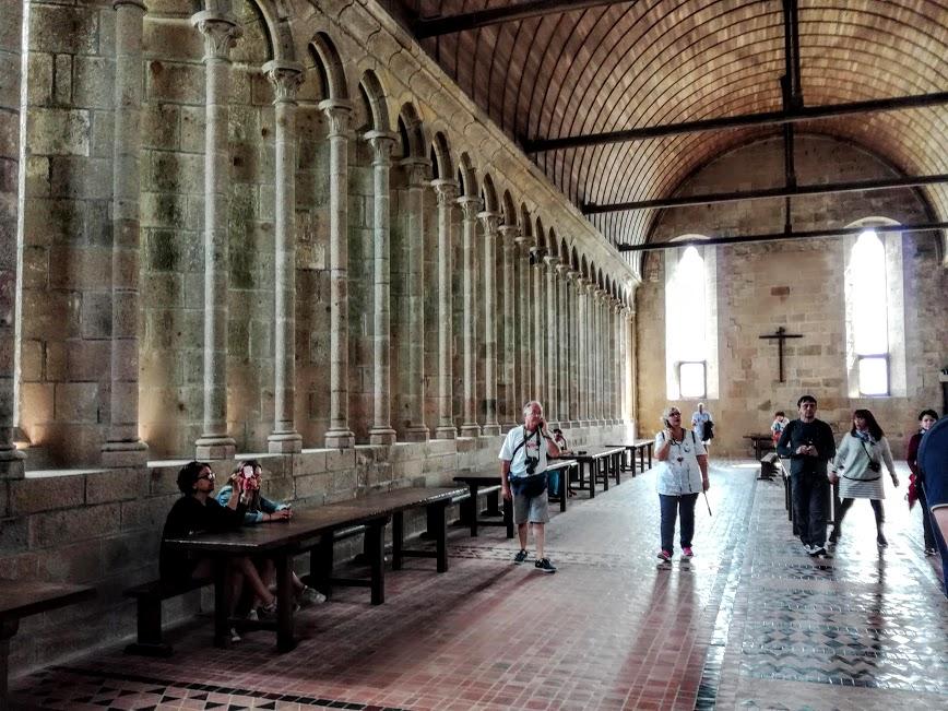 Abbaye du Mont-Saint-Michel : le Réfectoire des moines. De plain-pied avec le cloître, c'est une immense salle couverte d'un vaste berceau en bois, magnifiquement éclairée par 59 fenêtres. L'acoustique y est exceptionnel. IL résonne encore de la lecture en recto tono écoutée par des générations de Bénédictins (Photo FC)