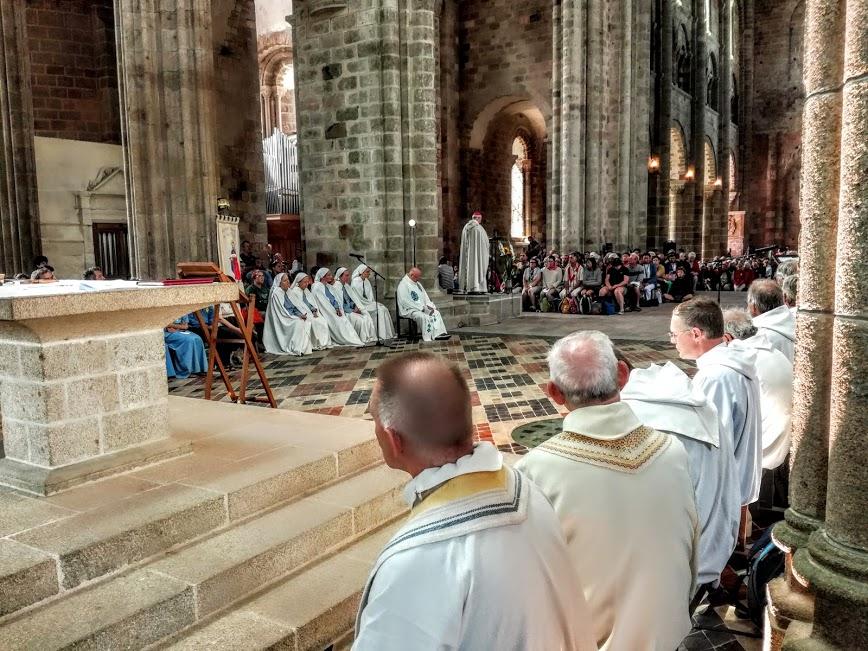 Abbatiale du Mont-Saint-Michel, messe de pèlerinage des grèves en juillet avec la fraternité monastique des soeurs de Jérusalem (Photo FC)