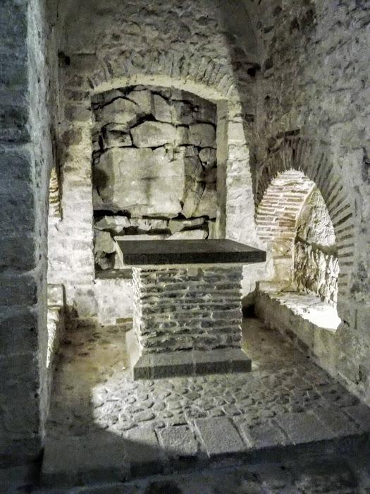 Eglise Notre-Dame-sous-Terre, église pré-romane à double nef édifiée en contrebas, sur le flanc ouest. Au Xe siècle, elle s'élevait à l'air libre. C'est le monument le plus ancien de l'abbaye. Il occupe l'emplacement de la grotte artificielle construite par Saint Aubert (Photo FC)