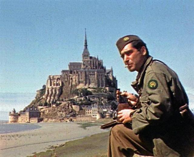 l'écrivain Ernest Hemingway et le photographe Robert Capa (ici en photo), arrivés au Mont-Saint-Michel dès juillet 1944, juste après le départ des Allemands.