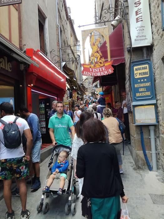Le Mont-Saint-Michel, la rue principale qui monte à l'abbaye (Photo FC)