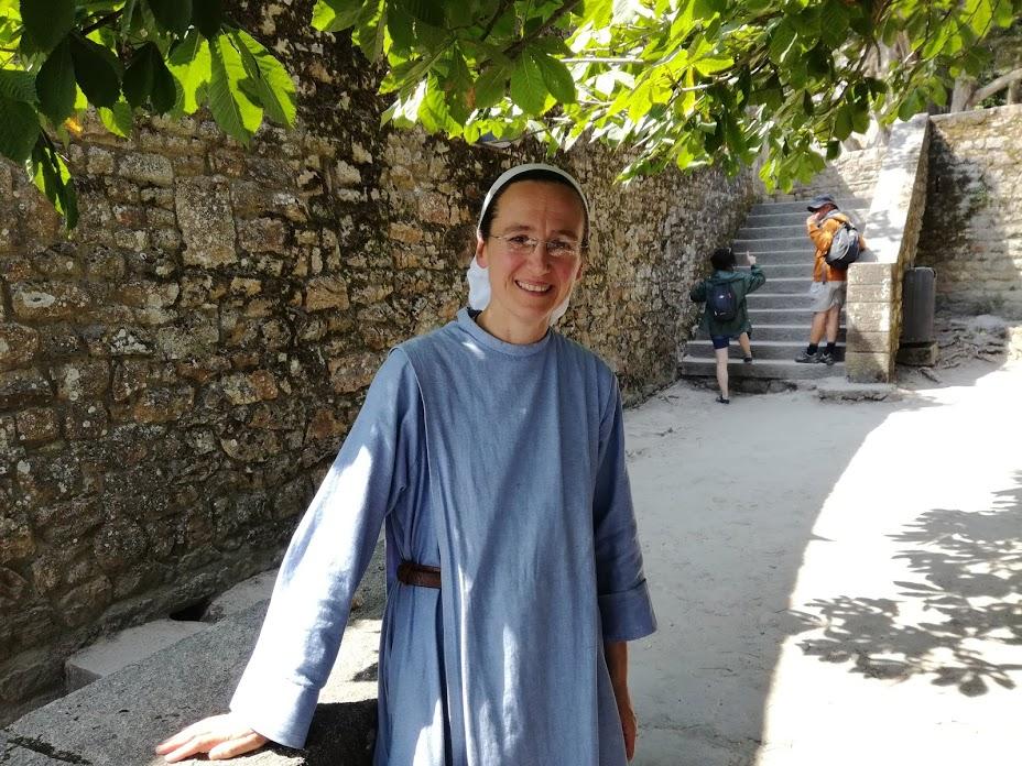 Sœur Claire-Anaëlle qui exerça comme médecin est prieure de la communauté des sœurs de la Fraternité monastique de Jérusalem au Mont-Saint-Michel ; une communauté de 7 moniale à vivre une vie de prière au milieu des touristes : « cela signifie que nous entendons l'appel à chercher Dieu, non dans le silence de la campagne, mais dans le bruit de ce lieu si chargé d'Histoire. »  Les Sœurs des Fraternités monastiques de Jérusalem sont aussi à Paris, Strasbourg, Vézelay, Magdala, Florence, Rome, Montréal, Cologne et Varsovie. (ici, dans le jardin de l'Isle des Bas au Mont-Saint-Michel) Photo FC
