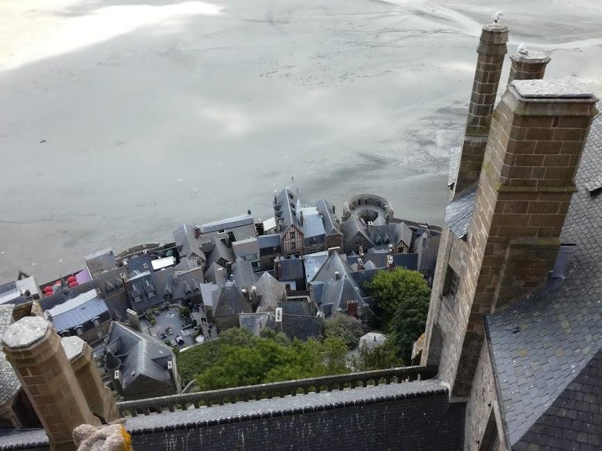 Du toit du choeur de l'abbatiale du Mont-Saint-Michel, côté village et remparts. On voit le minuscule cimetière près de l'église paroissiale Saint-Pierre. Vertigineux ! (Photo FC)