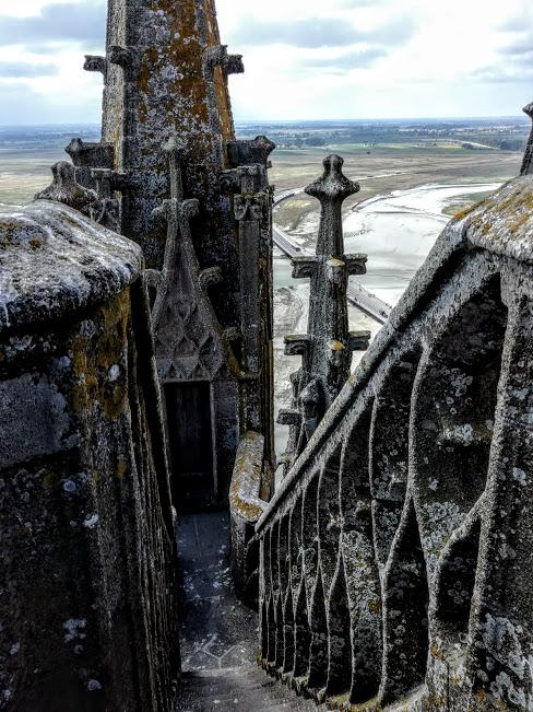 Sur le toit du choeur de l'abbatiale du Mont-Saint-Michel, le célèbre escalier en dentelle, qui mène dans des coursives entre ciel et mer (Photo FC)