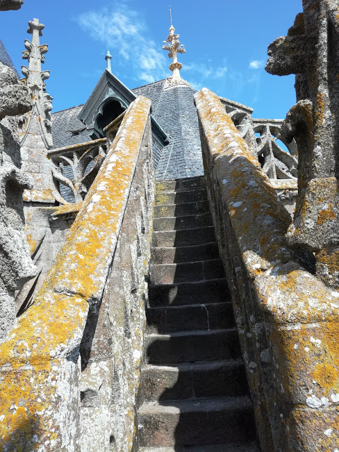 De cet escalier en dentelle, vers le sommet des toits de l'abbatiale en ardoise de Corrèze, l'ardoise de Travassac à la fois robuste et d'aspect traditionnel. Elle a été travaillée à la main (Photo FC)