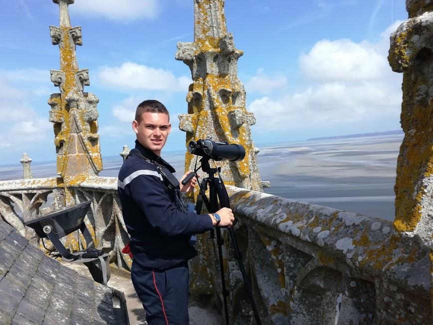 Sur le toit de l'abbatiale, entre ciel et mer, ce gendarme qui veille à la sécurité des pèlerins traversant la baie du Mont-Saint-Michel, serait-il notre véritable ange gardien ? (Photo FC)