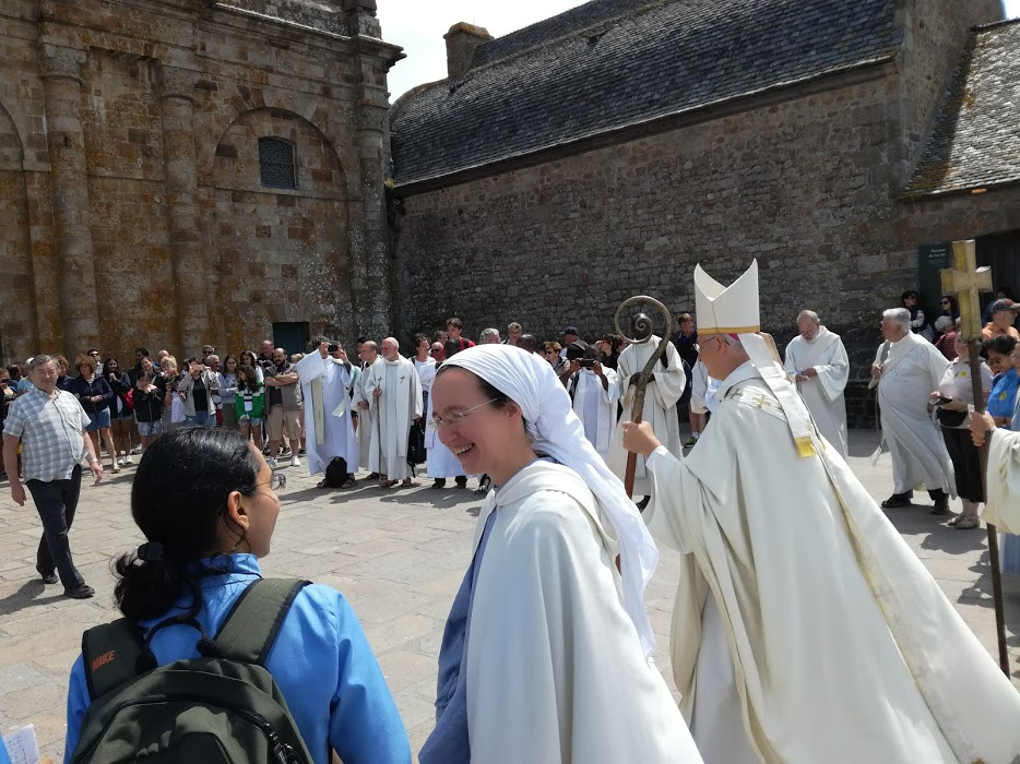 Depuis 2001, deux communautés de moines et de moniales des Fraternités Monastiques de Jérusalem sont présentes à l'abbaye du Mont-Saint-Michel. Ici, lors de la messe du pèlerinage des grèves de juillet, sur la terrasse ouest de l'abbaye, face à la façade de l'abbatiale (Photo FC).