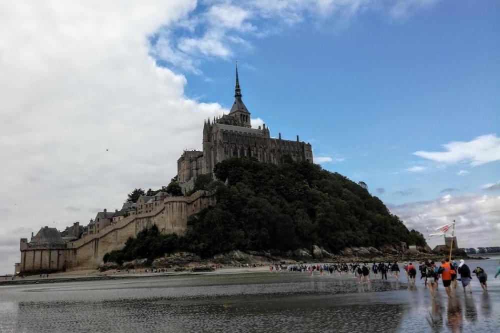 Le Mont-Saint-Michel, à la longue liste de superlatifs qui le qualifient, ne pas omettre l'essentiel, la dimension spirituelle de l'abbaye bénédictine dédiée à l'archange Saint Michel (Photo FC)
