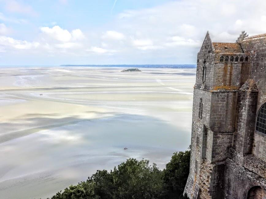 Du haut de la terrasse Ouest, parvis de l'abbatiale, on découvre l'une des vues les plus grandioses sur la baie (Photo FC)
