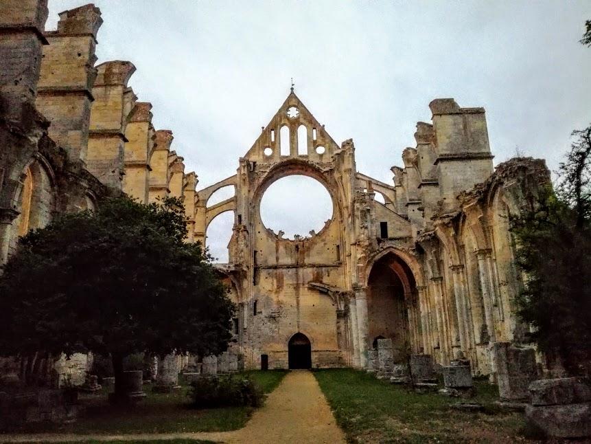 L'abbatiale cistercienne du premier gothique fut consacrée le 24 octobre 1227, en présence de Louis IX, le futur Saint Louis alors âgé de treize ans.