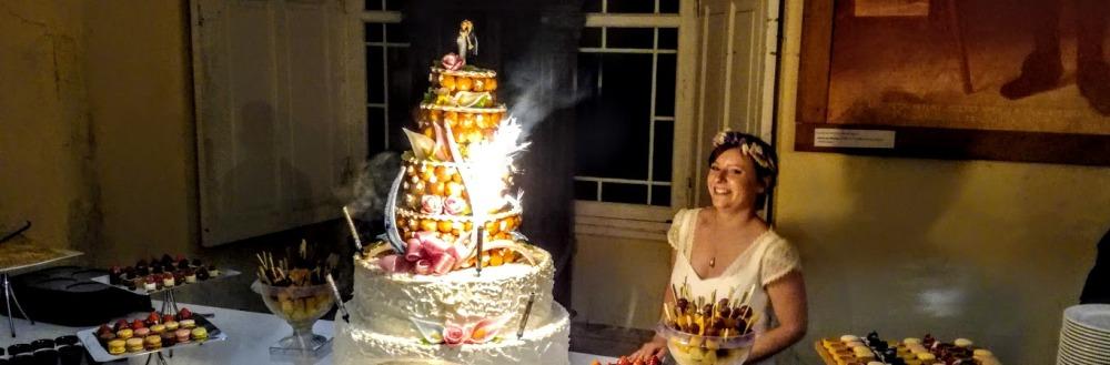 Longpont, dans le grand vestibule de l'ancien palais abbatial (XVIIIe siècle), une mariée rayonnante ! (Photo FC)