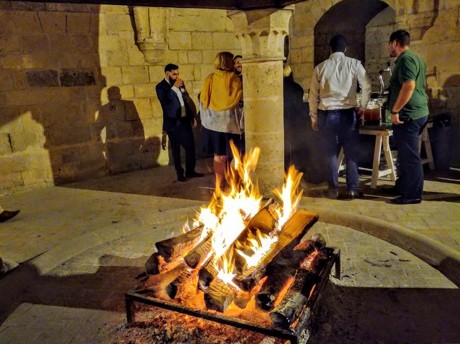 Chauffoir des moines, dernière étape des soirées de fête à Longpont. Ce chauffoir du XIIIe siècle est l'exemple unique d'une cheminée centrale à hotte soutenue par quatre colonnes rondes (Photo FC)