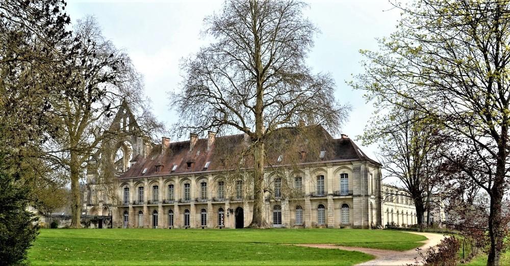 Ce bâtiment ouest en aile, fut transformé au XVIIIe siècle en palais abbatial. Il est d'une élégance toute classique. Il accueille aujourd'hui les différentes manifestations qu'ils s'agissent de séminaires ou de mariages