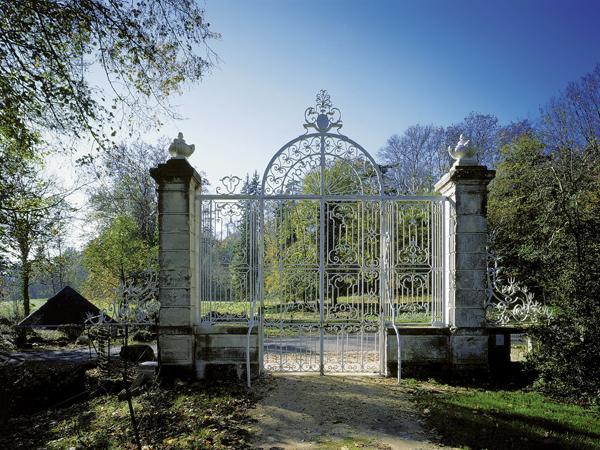 Cette grille du XVIIe siècle qui ouvre sur le parc à l'anglaise de l'abbaye, tracé au XIXe siècle n'est autre que celle qui ouvrait sur le chœur de l'abbaye Saint-Jean-des-Vignes, à Soissons.