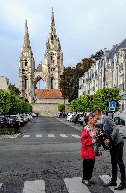 L'abbaye de Saint-Jean-des-Vignes, est l'un des monuments emblématiques de Soissons. Cette abbaye, fondée en 1076 par Hugues de Château-Thierry, saisit le visiteur par son imposante façade gothique, élevée dans le vide.