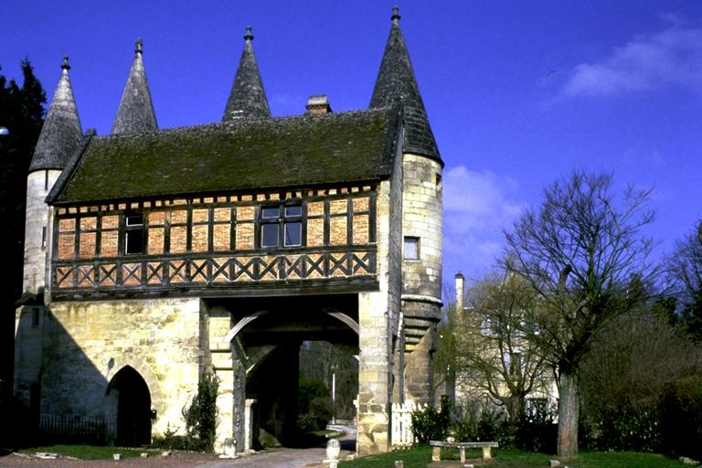 Des murailles qui prolongeait l'abbaye du XIVe siècle, seule subsiste la porte fortifiée, côté sud. Deux des quatre tourelles, démolies pendant la Grande Guerre, ont été reconstruites vers 1930. Un petit pavillon en bois et brique y fut accolés au XVIe siècle.
