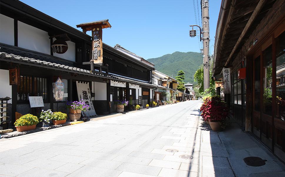 Yanagi-Machi, quartier de l'ère Edo de la ville d'Ueda (préfecture de Nagano). C'est l'ancien Hokkoku Kaido de l'époque des samouraïs. Cette rue historique est bordée par une source d'eau très pure qui alimente les brasseries à saké du quartier avec ses maisons traditionnelles aux murs blancs et portes en treillis.